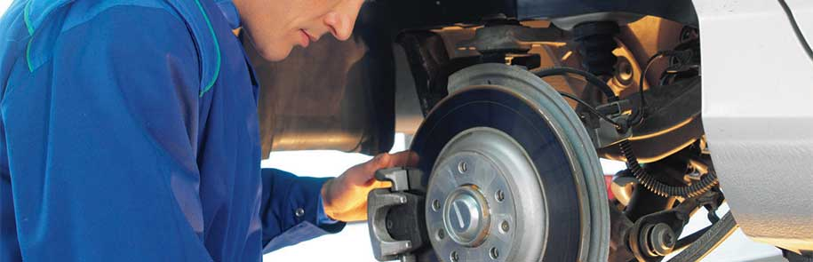automekaniker reparerer en bil